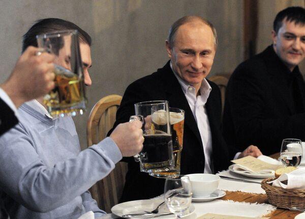 Putin Meets with Football Fans over Mug of Beer - Sputnik International