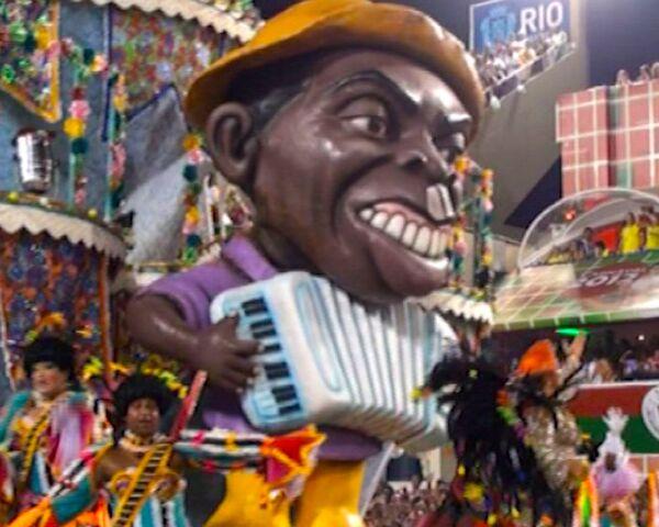 Brazilians dance the samba on a three-story crown at the Rio Carnival - Sputnik International