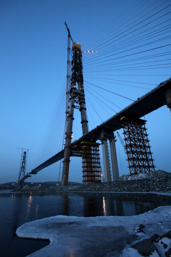 Construction of the world's largest cable-stayed bridge to Russky Island - Sputnik International