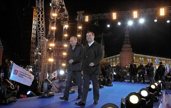 Vladimir Putin and Dmitry Medvedev in downtown Moscow - Sputnik International
