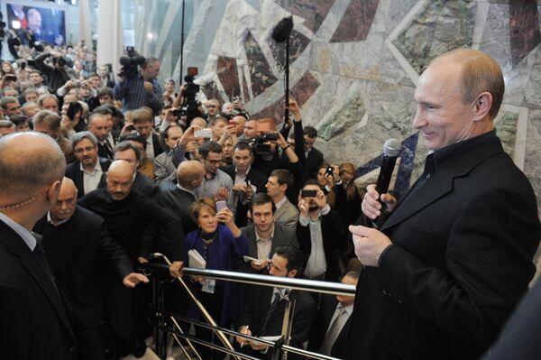 Vladimir Putin addresses supporters in his campaign headquarters - Sputnik International