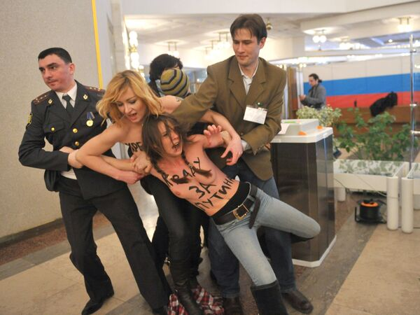 A magistrate's court in Moscow sentenced three activists of Ukraine's Femen movement to administrative arrests for a semi-nude scene at a polling station in Moscow - Sputnik International