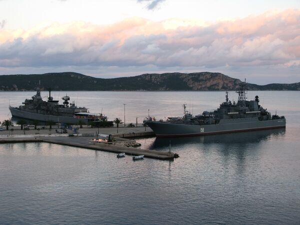 Caesar Kunikov amphibious landing ship and greek frigate - Sputnik International