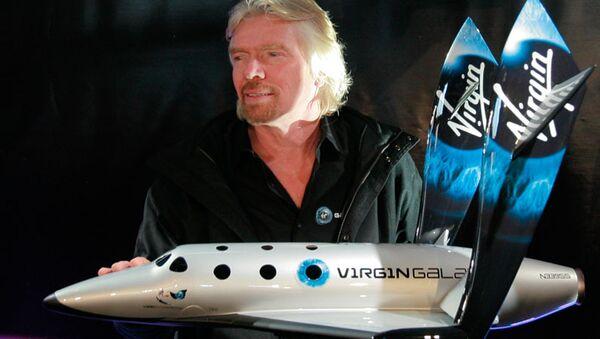Richard Branson with SpaceShipTwo rocket plane first model. - Sputnik International
