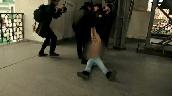 Topless Protesters Climb St. Sophia Cathedral in Kiev - Sputnik International