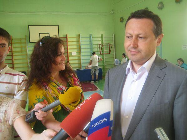 Akbulatov with his spokeswoman on the left - Sputnik International