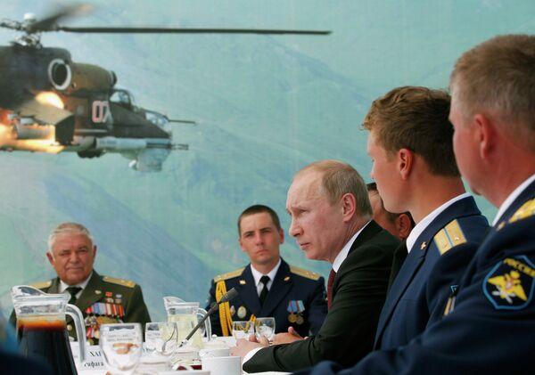 Russian President Vladimir Putin speaks with personnel at a Russian air base - Sputnik International