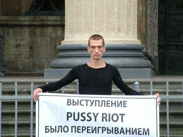 Pyotr Pavlensky, who held his one-man protest action late on Monday, claims that the arrest of Pussy Riot members contradicts the fundamental Christian values  - Sputnik International