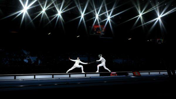 Инна Дериглазова из России и Арианна Эрриго из Италии в финале командного турнира рапиристок на Олимпийских играх в Лондоне, 2 августа 2012 - Sputnik International