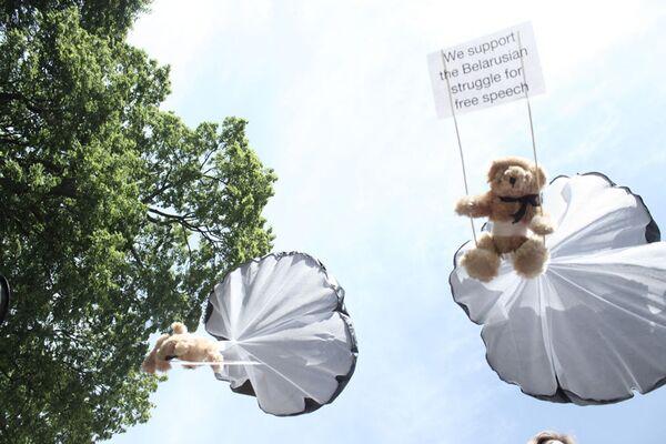 Teddy bears with pro-democracy messages dropped over Belarus on July 4, 2012 - Sputnik International