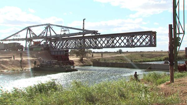 Russian Soldiers Restore Damaged Railway Bridge in 30 Minutes - Sputnik International