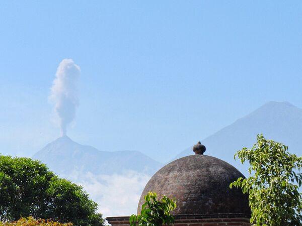 Fuego volcano began spewing ash as high as 1,000 meters (3,280 feet) in the air - Sputnik International