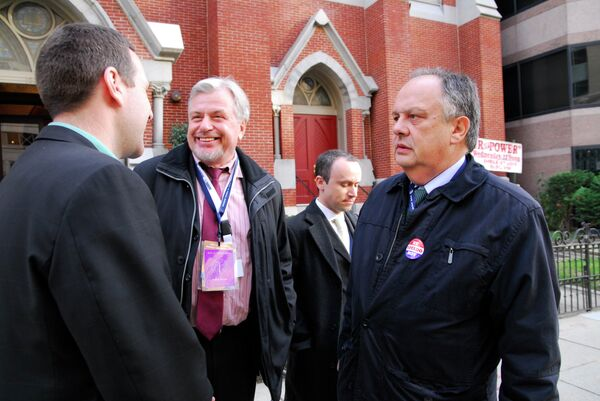 OSCE election observers talking Tuesday in front of the Metropolitan A.M.E. Church, one of Washington's voting precincts - Sputnik International