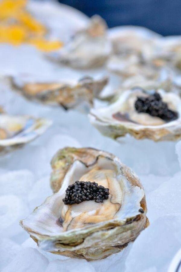 Louisiana Caviar Company's Ghost Pepper Caviar on Raw Louisiana Oysters - Sputnik International