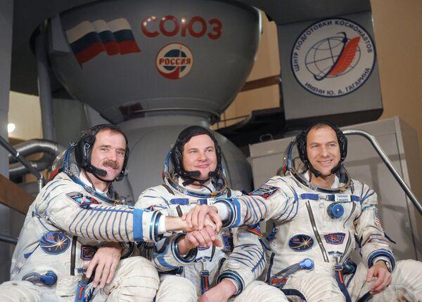 The crew members are Chris Hadfield of Canada (L), Roman Romanenko of Russia (C) and Thomas Marshburn of the United States (R). Archive. - Sputnik International