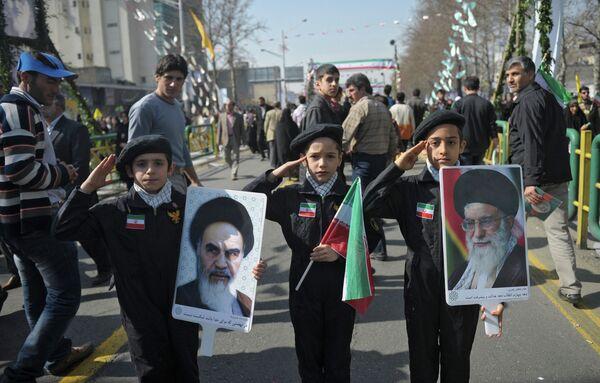 Young patriots celebrating the 34th anniversary of the Islamic Revolution in Tehran - Sputnik International