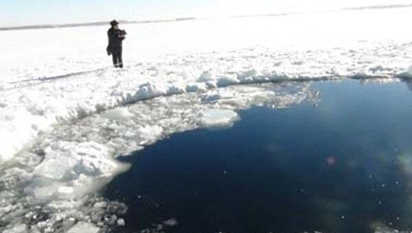 A hole in the ice of Lake Chebarkul in Russia's Chelyabinsk Region, reportedly made by a falling meteorite fragment. - Sputnik International