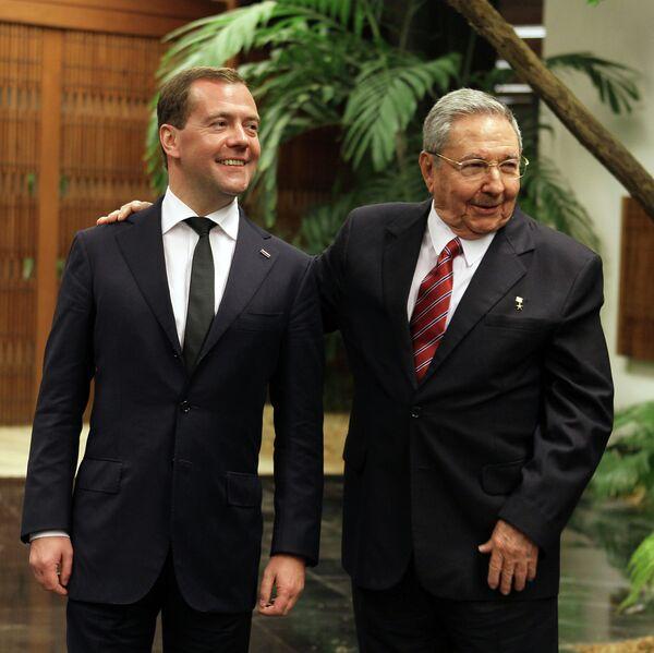 Dmitri Medvedev and Raul Castro - Sputnik International