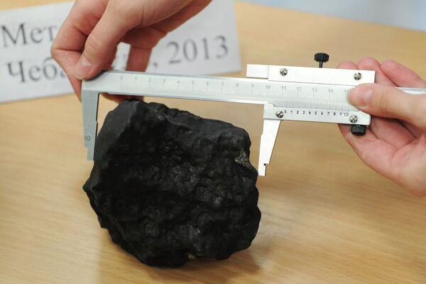 Meteorite Fragment Weighing Over 2 Lbs Found in Chelyabinsk - Sputnik International