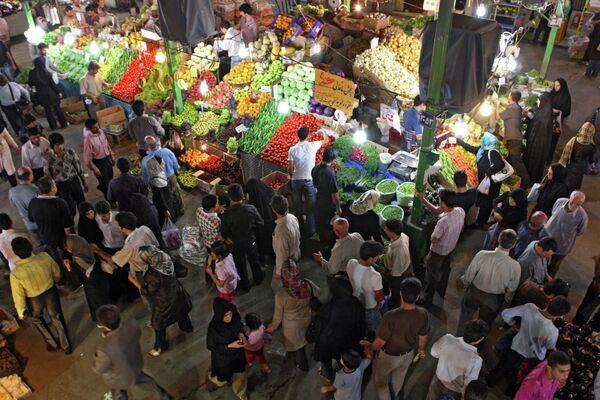 Iranians shop at Tajrish Bazaar in Tehran - Sputnik International
