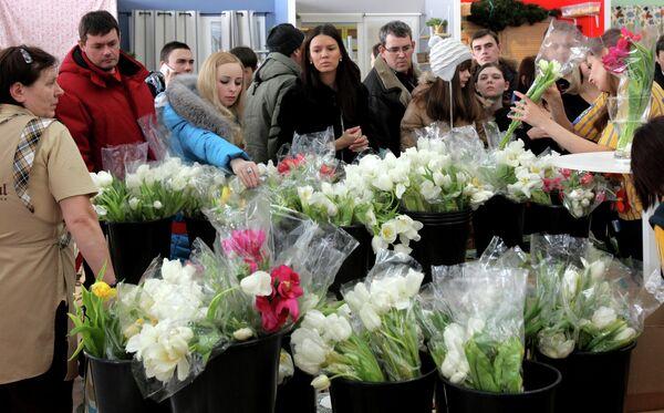 The Rush at Russian Flower Shops Ahead of Women's Day - Sputnik International