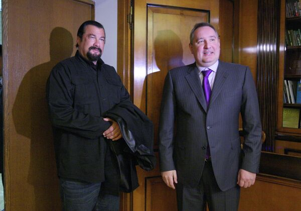 Steven Seagal and Dmitry Rogozin - Sputnik International
