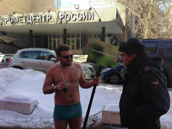 Lone Man Strips in Protest at Long Moscow Winter - Sputnik International