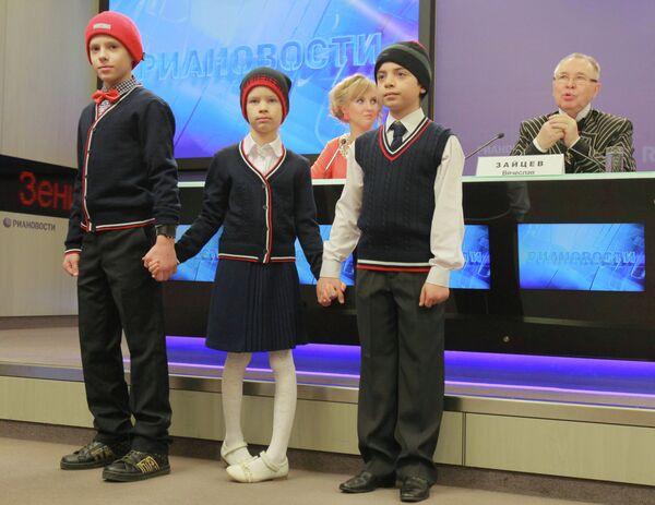 Vyacheslav Zaitsev showcases school uniform collection - Sputnik International