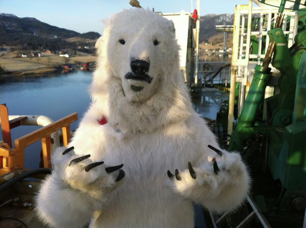 Greenpeace's Polar Bears Board Norwegian Oil Rig - Sputnik International