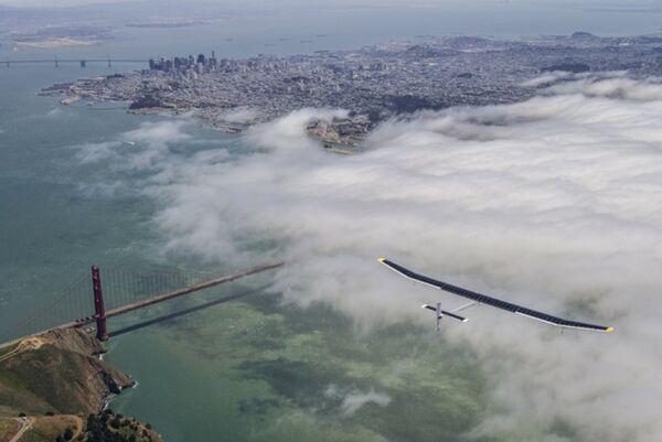 The solar-powered aircraft Solar Impulse flying over San Francisco's Golden Gate Bridge. - Sputnik International