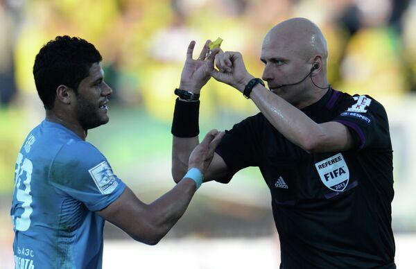 Zenit player Hulk and referee Sergei Karasyov - Sputnik International