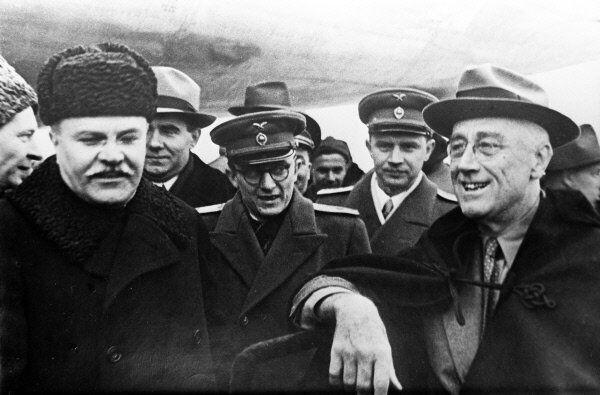 US President Franklin D. Roosevelt (R) meets with Soviet Foreign Minister Vyacheslav Molotov (L) in America in 1942. - Sputnik International