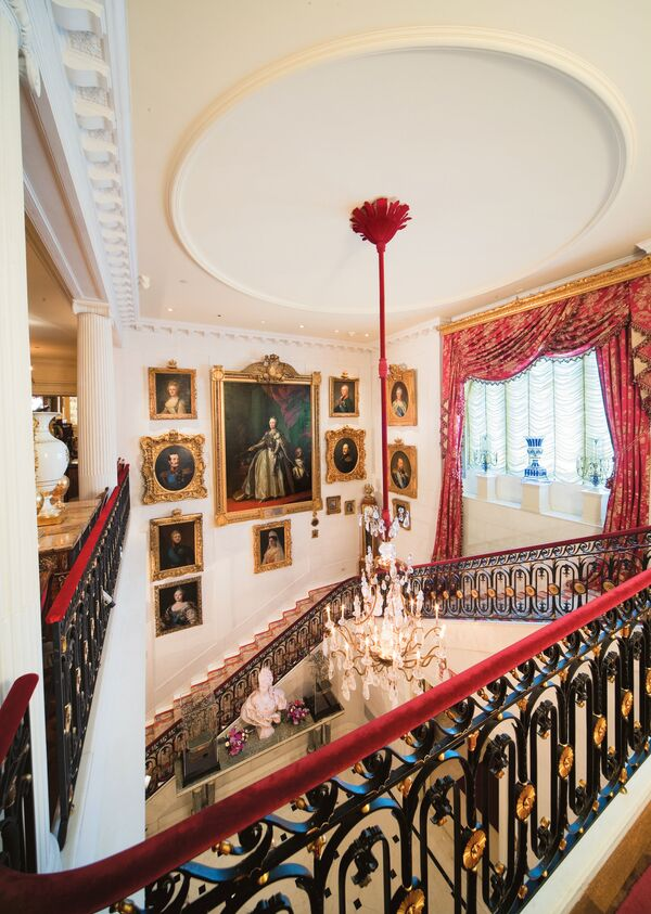 The staircase above the entry hall at Hillwood Museum showcases portraits of the Romanov royal family. - Sputnik International
