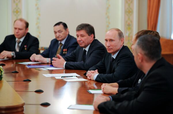 Vladimir Popovkin and Vladimir Putin at a meeting with Russian cosmonauts - Sputnik International