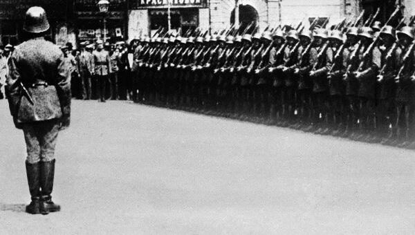 German units during a parade in occupied Ukraine during World War II - Sputnik International