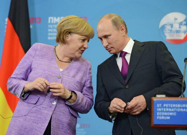 Russian President Vladimir Putin and German Chancellor Angela Merkel (Archive) - Sputnik International