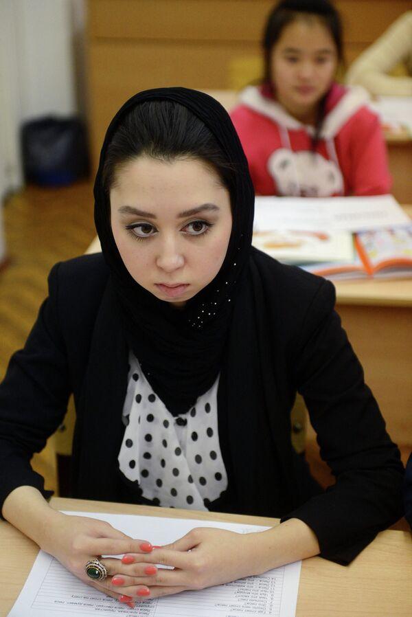 A girl  wearing hijab at classes in a russian school - Sputnik International