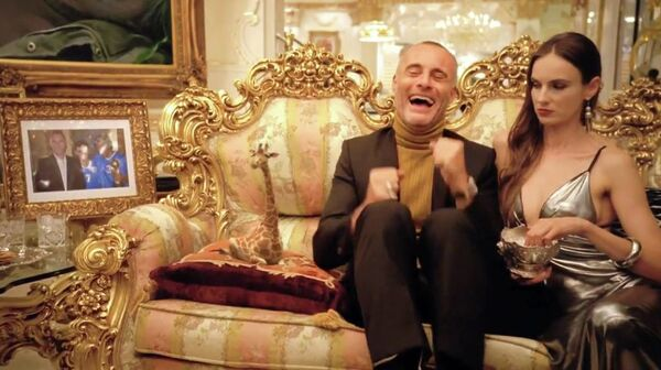 In this DirecTV ad, a Russian billionaire laughs hysterically after kissing his mini-giraffe. - Sputnik International