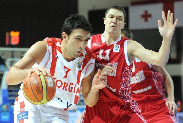 Georgia's Zaza Pachulia, left, competes in the European basketball championship against Russia in 2011. - Sputnik International