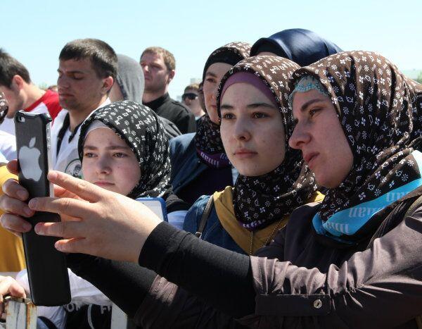 Russian girls and women don their hijabs in Chechnya - Sputnik International