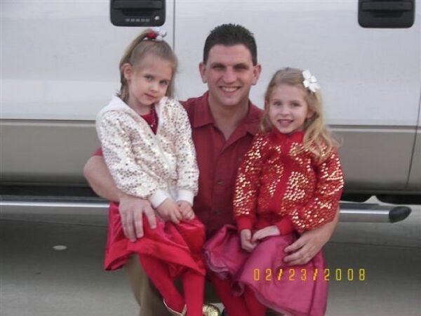 Royce Sigler with daughter Ksenya (left) and Tanya in 2008. - Sputnik International