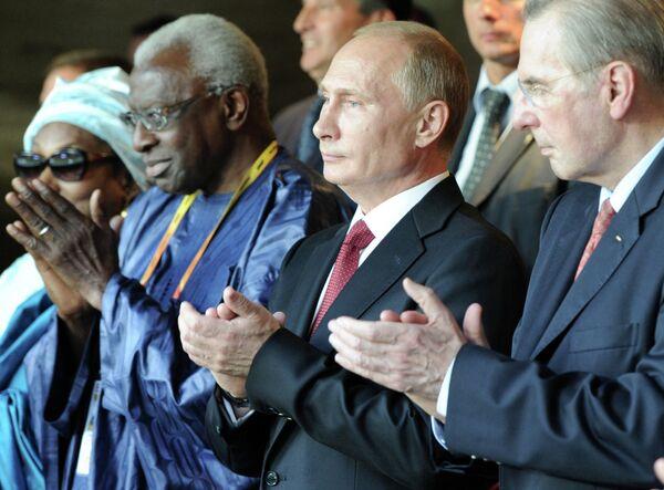 Vladimir Putin (in the center) - Sputnik International