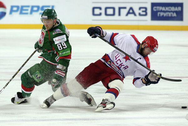 Russian hockey star forward Artyom Lukoyanov (left) has been arrested after allegedly assaulting a police officer - Sputnik International