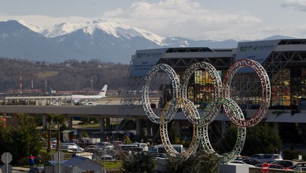 The five Olympic rings stand in front of the Sochi Airport. - Sputnik International