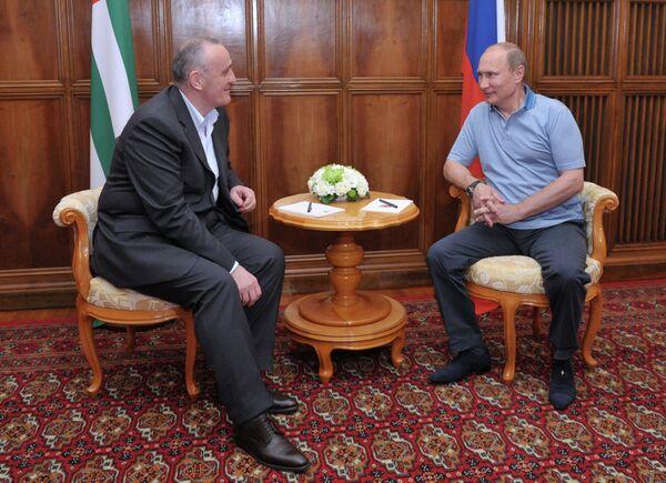 Russian President Vladimir Putin (R) has met with his Abkhazian counterpart Alexander Ankvab (L) - Sputnik International