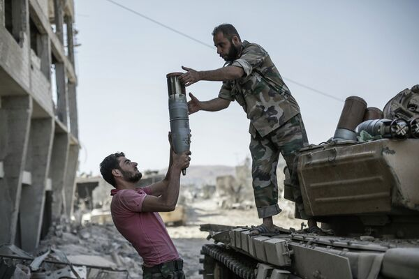 Syrian army soldiers loading a tank with ammunition in a Damascus suburb. August 28, 2013. - Sputnik International