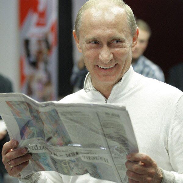 Russian President Vladimir Putin, photographed reading a Russian newspaper in 2012 - Sputnik International