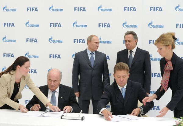 FIFA President Sepp Blatter, Russian President Vladimir Putin, Sports Minister Vitaly Mutko and Gazprom CEO Alexei Miller during a signing ceremony, September 14, 2013 - Sputnik International
