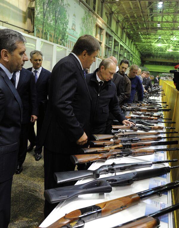 Vladimir Putin visiting Kalashnikov factory - Sputnik International