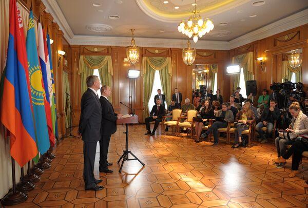 Russian President Vladimir Putin and CSTO Secretary General Nikolai Bordyuzha speak to the press after a CSTO Council meeting, Sochi, September 23, 2013 - Sputnik International